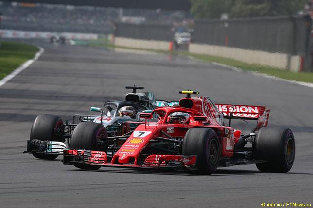 Кими Райкконен и Льюис Хэмилтон сражаются за позицию на трассе Гран При Мексики