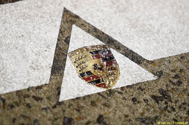 Логотип Porsche на трассе в Ле-Мане