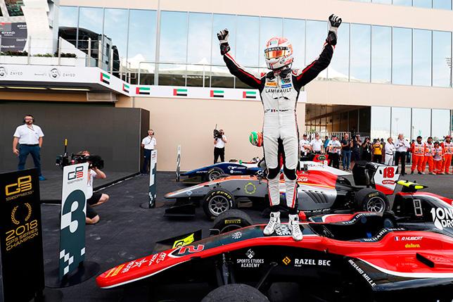 Антуан Юбер празднует завоевание титула после гонки в Абу-Даби