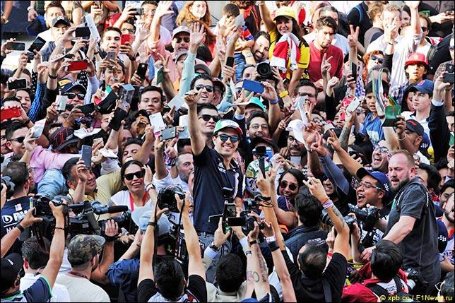 Серхио Перес с болельщиками перед началом уик-энда