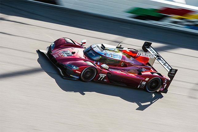 Оливер Джарвис за рулём спортпрототипа Mazda на трассе в Дайтоне