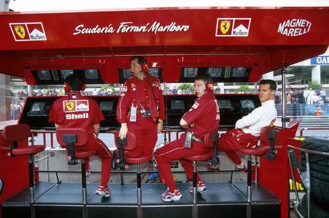Жан Тодт, Росс Браун и Михаэль Шумахер на командном мостике Ferrari. Фото 1999 года