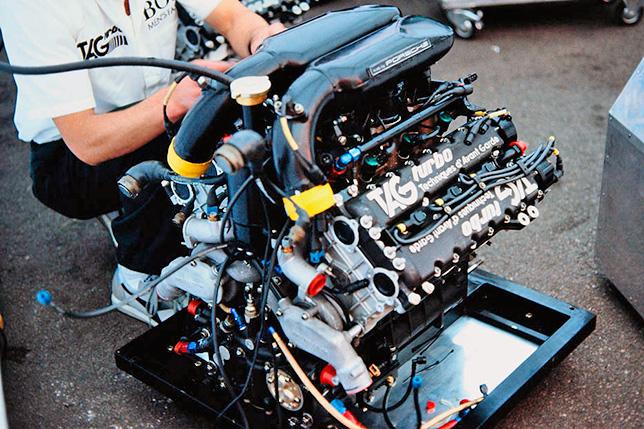 Двигатель Porsche на McLaren, брендированный TAG. Фото McLaren