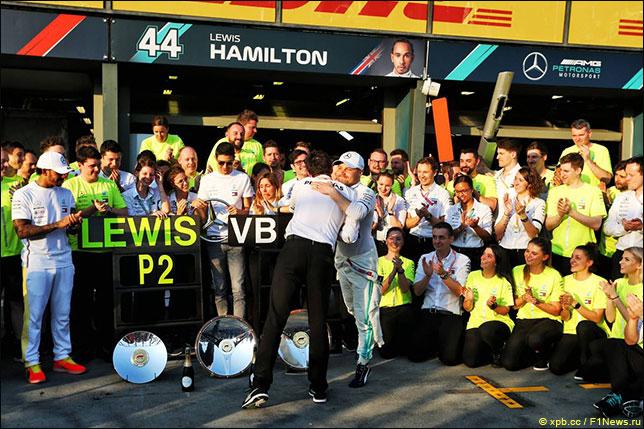 В Mercedes празднуют победный дубль