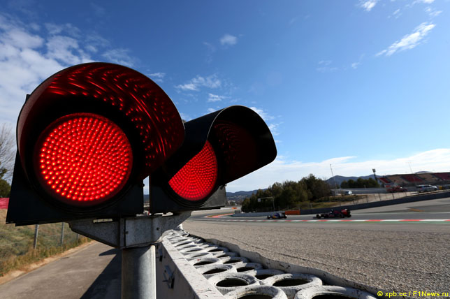 Красные огни светофора на трассе в Барселоне