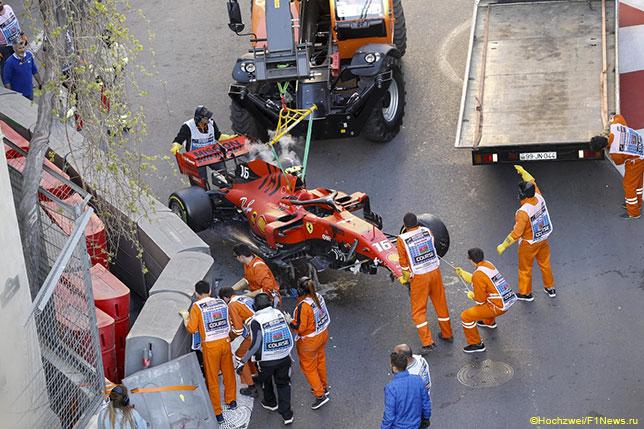 Эвакуация разбитой Ferrari Шарля Леклера после аварии в квалификации