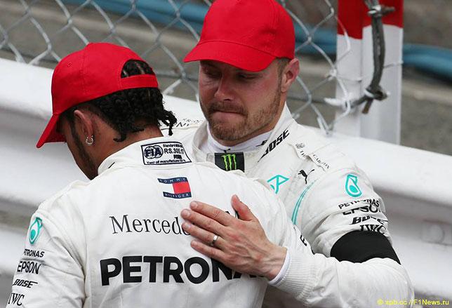 Валттери Боттас поздравляет Льюиса Хэмилтона с победой в Монако
