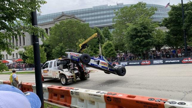 Эвакуация машины Формулы 1 на Фестивале в Чикаго
