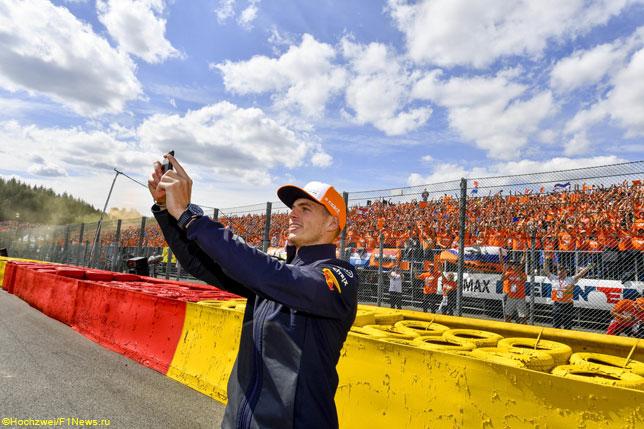 Макс Ферстаппен делает селфи с голландскими болельщиками в Спа