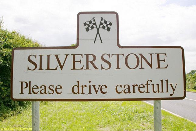 Дорожный указатель в Сильверстоуне