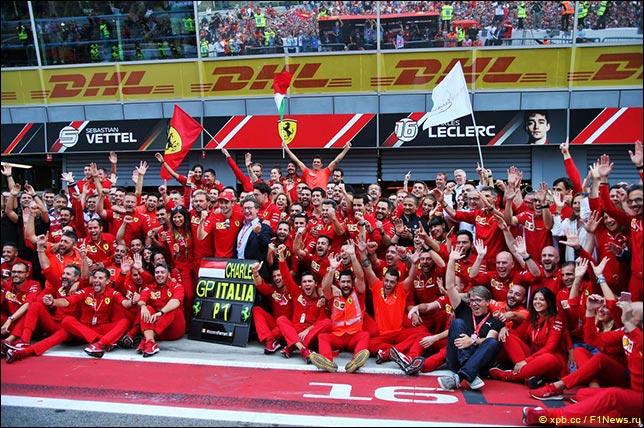 В Ferrari празднуют победу Леклера