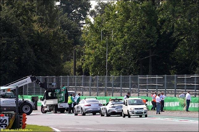 Демонтаж поребриков в Parabolica после гонки Формулы 3