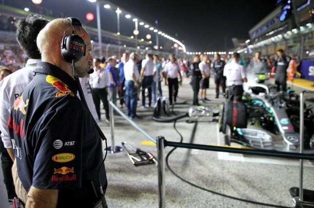 Эдриан Ньюи на стартовом поле Гран При Сингапура