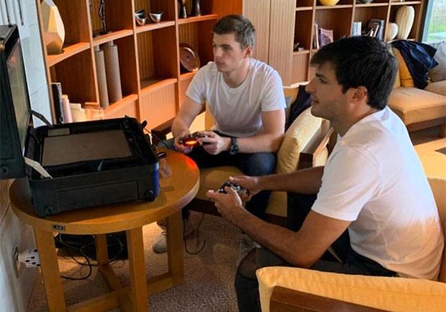 Макс Ферстаппен и Карлос Сайнс играют в киберфутбол