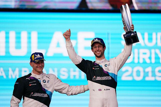 Гонщики BMW Алекс Симс (справа) и Макс Гюнтер на церемонии награждения в Саудовской Аравии