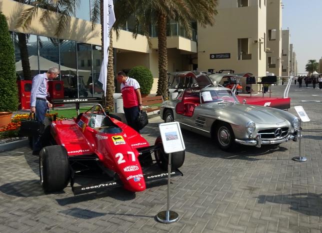 Фредерик Вассёр (в центре) внимательно изучает уникальную Ferrari 126 C2 образца 1982 года