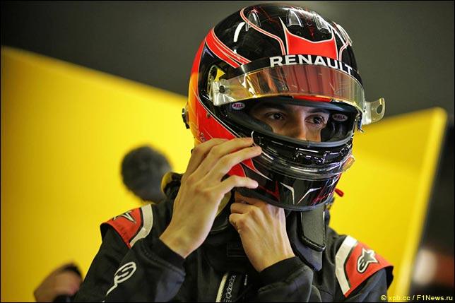 Эстебан Окон в комбинезоне Renault