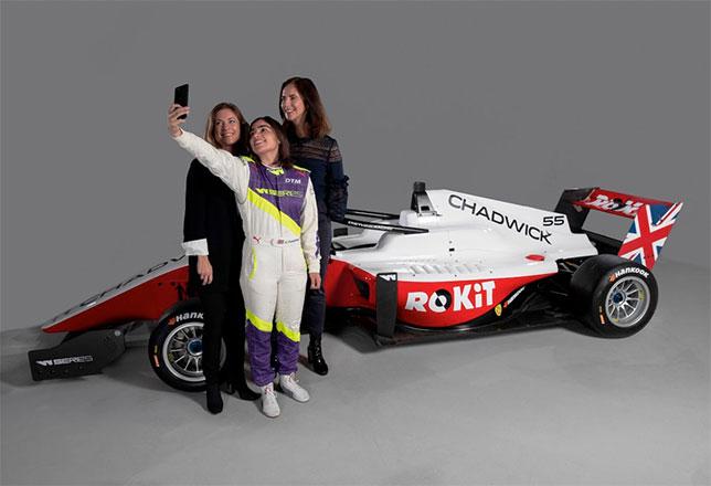 Джейми Чэдвик, чемпионка W Series, Кэтрин Бонд-Миур (справа) и Ферн Тауэнд, директор по продажам ROKiT