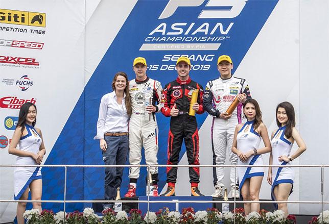 Никита Мазепин на второй ступени подиума, справа от него победитель гонки Джуй Алберс, на 3-м месте - Даниэль Као