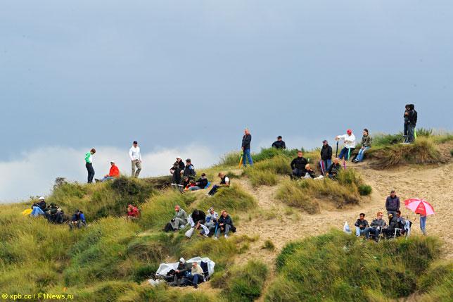 Зрители на дюнах в Зандфорте