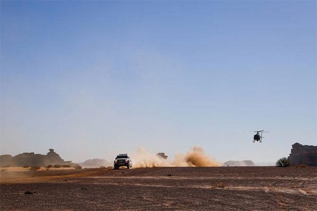 Toyota Нассера Аль-Аттийя на трассе третьего этапа Дакара