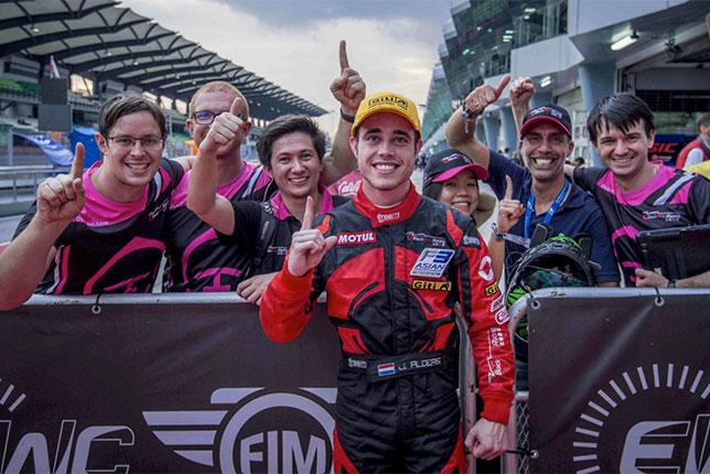 Джуй Алдерс и его команда Black Arts Racing празднуют победу в чемпионате