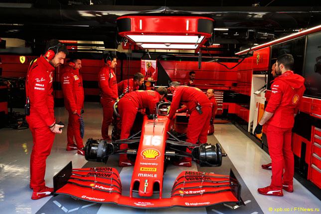 Команда Ferrari готовит машину Шарля Леклера