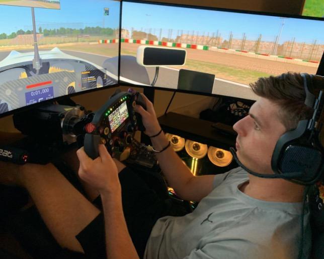 В свободное время Макс Ферстаппен активно занимается виртуальными гонками, фото из Twitter гонщика