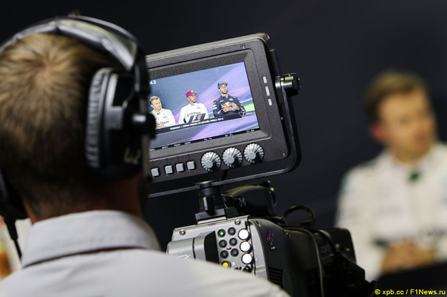 Телеоператор снимает пресс-конференцию гонщиков