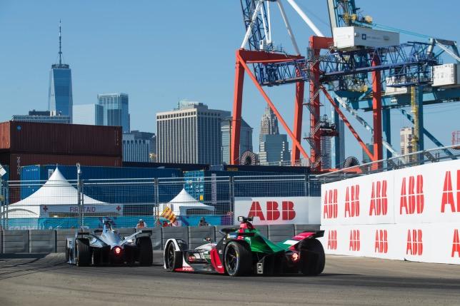 Один из эпизодов прошлогодней гонки Формулы E в Нью-Йорке