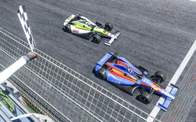 Фернандо Алонсо и Дженсон Баттон пересекают линию финиша на виртуальном автодроме в Индианаполисе