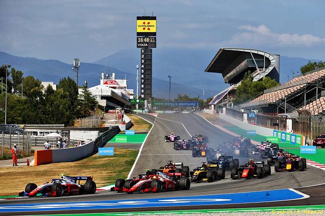 Старт субботней гонки Формулы 2, Роберт Шварцман пока лидирует