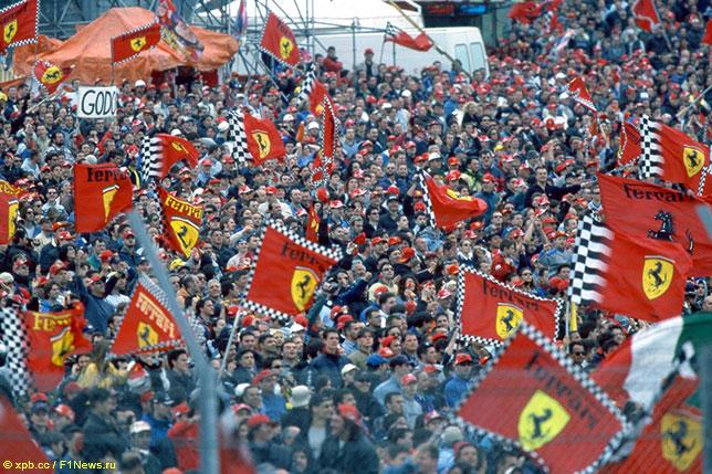 Болельщики Ferrari на трассе в Имоле, Гран При Сан-Марино 2000 года