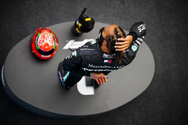 После победы на Нюрбургринге Льюис Хэмилтон получил от семьи Шумахера шлем семикратного чемпиона мира, фото XPB