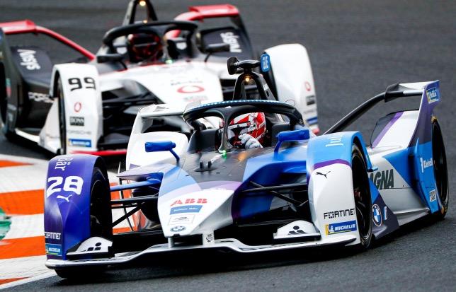 Максимилиан Гюнтер за рулём машины BMW на тестах в Валенсии, фото из Twitter гонщика