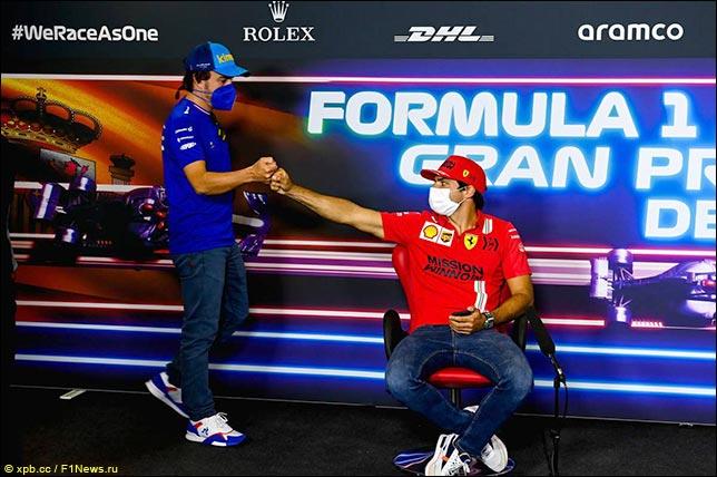 Фернандо Алонсо (Alpine) и Карлос Сайнс (Ferrari) перед началом пресс-конференции