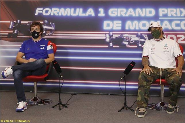 Фернандо Алонсо (Alpine) и Льюис Хэмилтон (Mercedes)