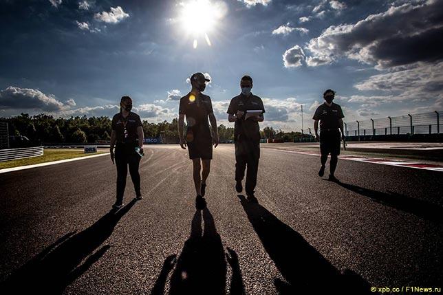 Николас Латифи и его инженеры во время прогулки по трассе