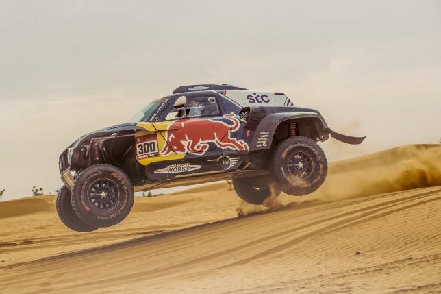 Карлос Сайнс на трассе ралли-рейда Дакар, фото из Twitter гонщика