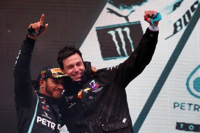 Льюис Хэмилтон и Тото Вольфф на подиуме Гран При Турции