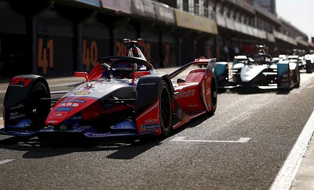 Машины Формулы E на пит-лейн автодрома в Валенсии на тестах в 2020 году