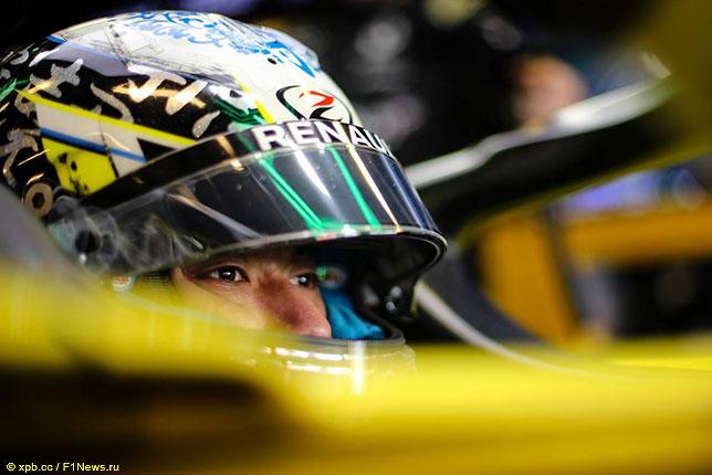 Гуан Ю Чжоу за рулём машины Renault на тестах в Абу-Даби, 2020 год