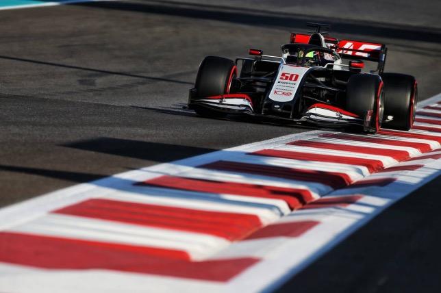Мик Шумахер за рулём машины Haas на тестах в Абу-Даби, фото XPB