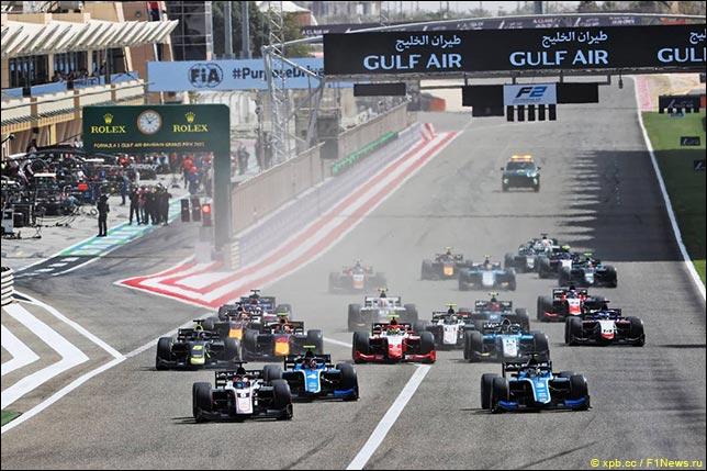 Старт гонки Формулы 2 в Бахрейне