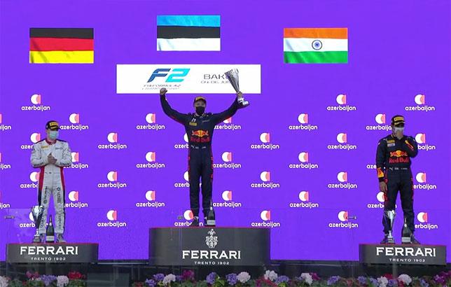 Юри Випс - победитель второй гонки в Баку, слева на подиуме Дэвид Бекман и Джехан Дарувала, фото Формулы 2
