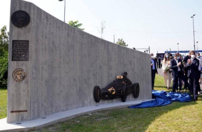 Церемония открытия памятника Альберто Аскари в Милане