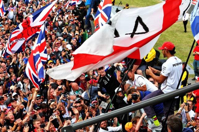 Британские болельщики радуются победе Льюиса Хэмилтона в Сильверстоуне, 2019 год