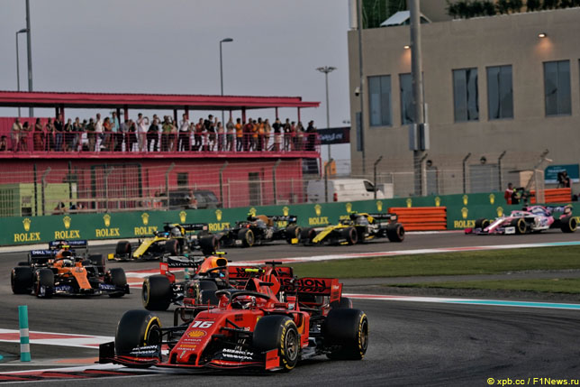 Гонщики проходят связку пятого-шестого поворотов трассы Яс-Марина, 2020 год