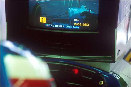 Гран При Бельгии'95: Михаэль Шумахер следит за выступлением Деймона Хилла
