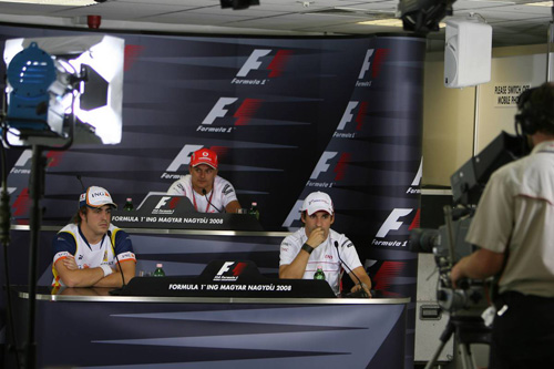 Слева направо: Фернандо Алонсо (Renault), Хейкки Ковалайнен (McLaren Mercedes), Тимо Глок (Toyota)